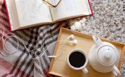 本とイヤホンとコーヒー