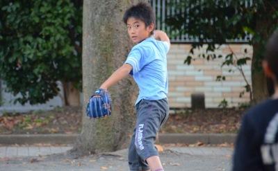 キャッチボールする少年