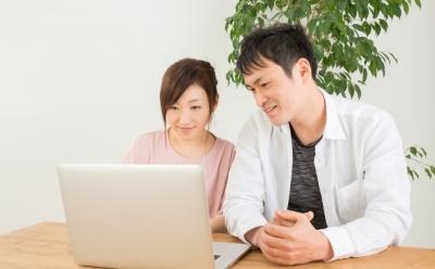 ノートパソコンを使うカップル
