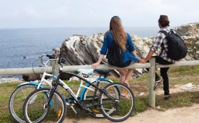 サイクリングを楽しむカップル