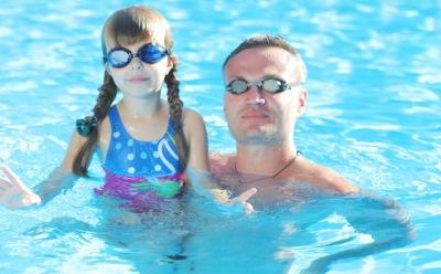 プールの中の父親と娘