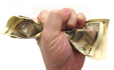 お金を握る手