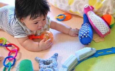 オモチャで遊ぶ赤ん坊