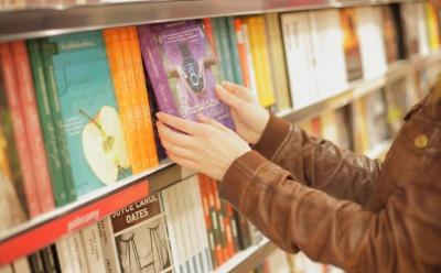 書店で本を選ぶ女性