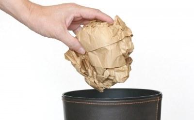 ゴミ箱にゴミを捨てる手