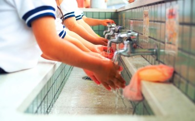 手を洗う子供たち