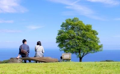 天気のいい日にデートするカップル