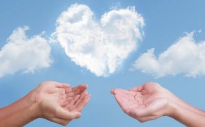 雲のハートと手