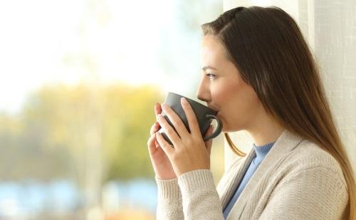 コーヒーを飲む女性の横顔
