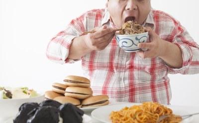 食べすぎの男性