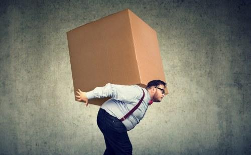 大きな箱を運ぶ太った男性