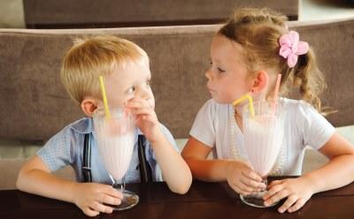 牛乳を飲む二人の子供