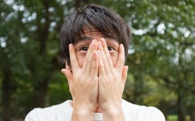 内向的で顔を隠す男性