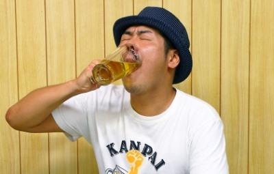 ビールをジョッキで飲む男性