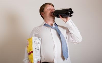 ペットボトルでがぶ飲みする男性
