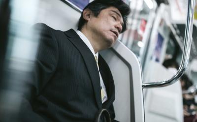 電車で寝る会社員