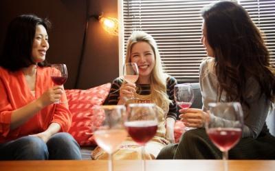 ワインを飲む3人の女性