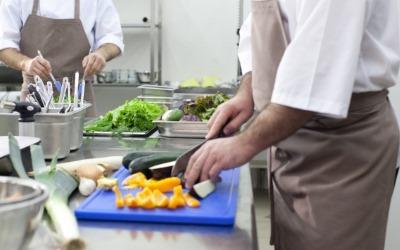 厨房で料理をする男性