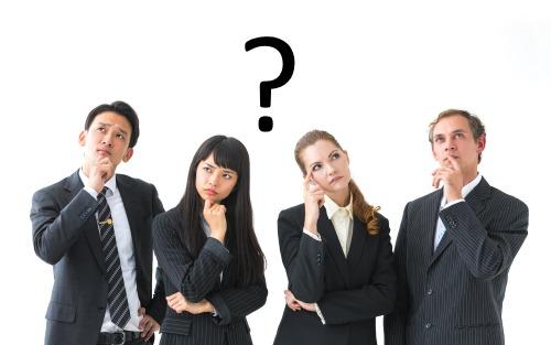 考える4人の会社員