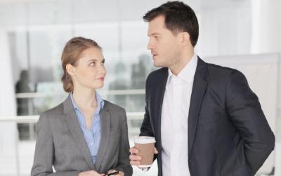会話する男女の会社員