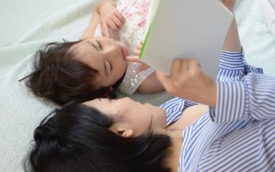 子供に添い寝する母親