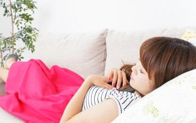 ソファーでうたた寝をする女性