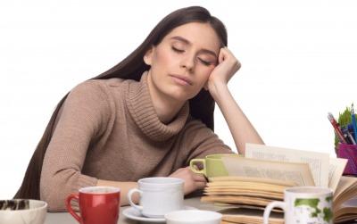 机で居眠りする女性