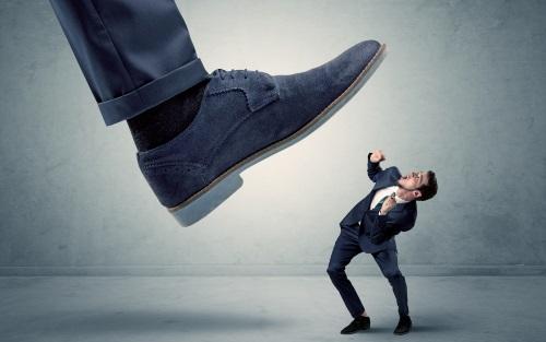 会社員を踏みつける大きな足