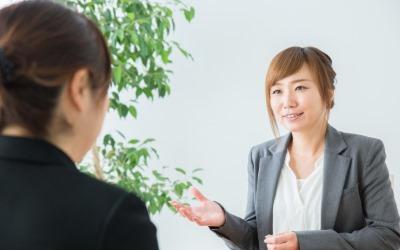 接客する会社員女性