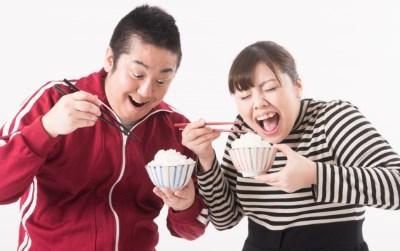 ご飯を食べる二人