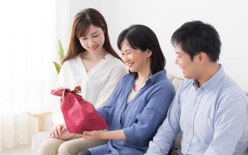 プレゼントを渡す家族