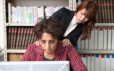 体調不良の会社員と気遣う女性