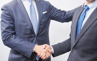 握手する会社員