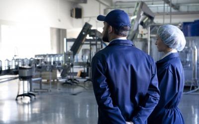 工場にいる二人