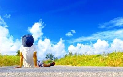 青い空と男性