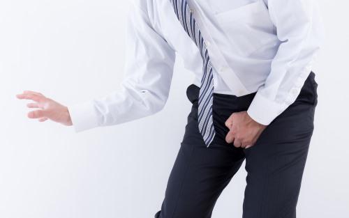 尿意に耐える会社員