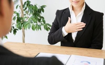 胸に手を当てる会社員女性