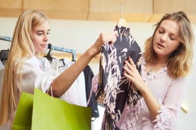 洋服を買う女性たち