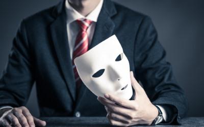 マスクを持つ男