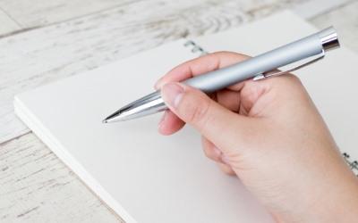 ノートにペンで書き込み