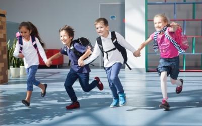 笑顔で走る四人の子供