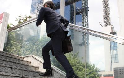 階段を駆け上る男性