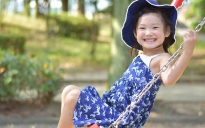 ワンピースを着てブランコをする少女