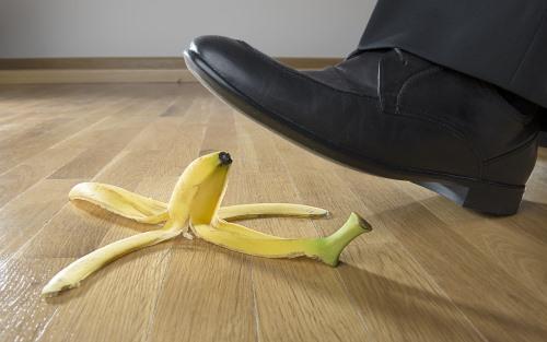 バナナを踏む人