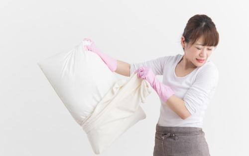 枕が臭いと嘆く女性