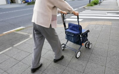 乳母車で歩くおばあさん