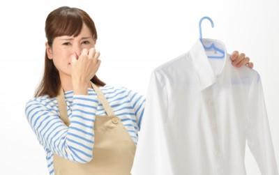 ワイシャツの臭いに顔をしかめる主婦