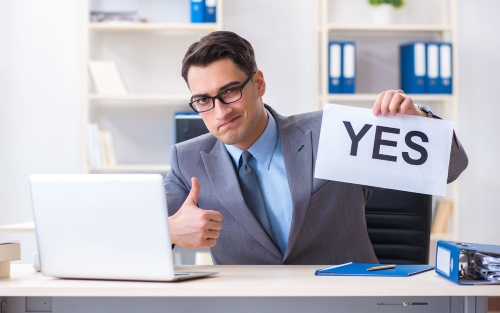yesと親指を立てる会社員