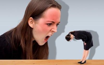 叱られて謝罪する女性