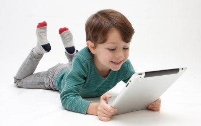 ゲームで遊ぶ子供